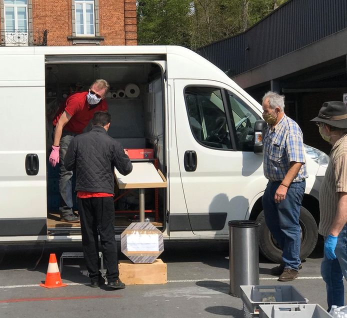 François de Brigode et Yves Losseau ont distribué des repas aux démunis de Charleroi