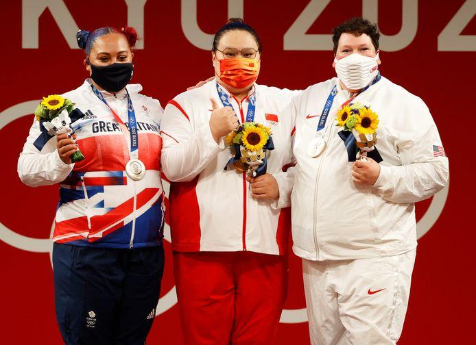 Het podium van de +87 kilogram-categorie in het gewichtheffen: de Britse Emily Campbell (zilver), gouden Li Wenwen uit China en brons was er voor de Amerikaanse Sarah Robles.