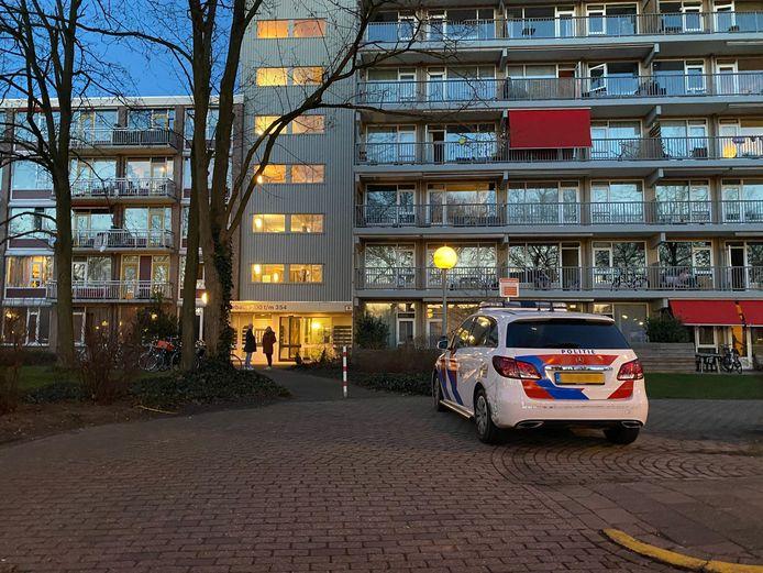 Bij dit appartementencomplex in Deventer zijn drie mannen aangehouden na een vechtpartij.