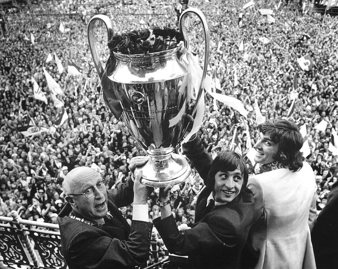 Ajax-icoon Johan Cruijff met de Europa Cup 1 in 1971.