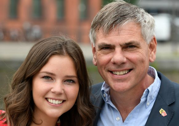 Persmoment van Vlaams Belang Antwerpen om 'vijf Jonge Leeuwen' als kandidaat voor de gemeenteraadsverkiezingen van 14 oktober voor te stellen. Hier zien we Filip Dewinter met zijn dochter Veroniek.