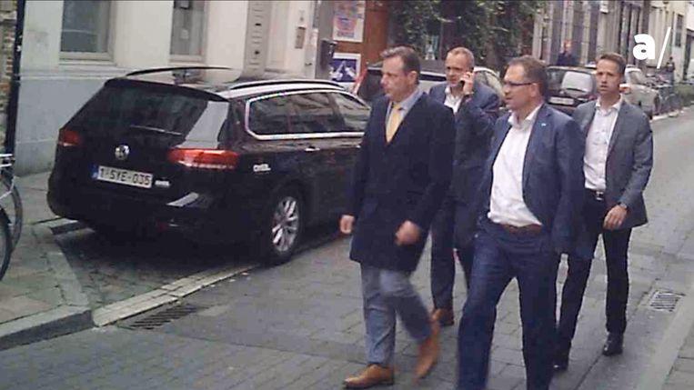 Camerabeelden bij sterrenrestaurant 't Fornuis. Bart De Wever (l.) arriveert met zijn kabinetschef Philippe Beirnaerts en schepenen Koen Kennis en Fons Duchateau (N-VA).  Beeld apache.be