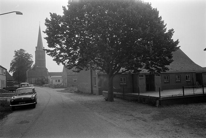 Het dorp Macharen met kerk, school en Julianaboom dat na het Streekplan van 1976/'77 vooral zijn dorpse karakter moest houden.