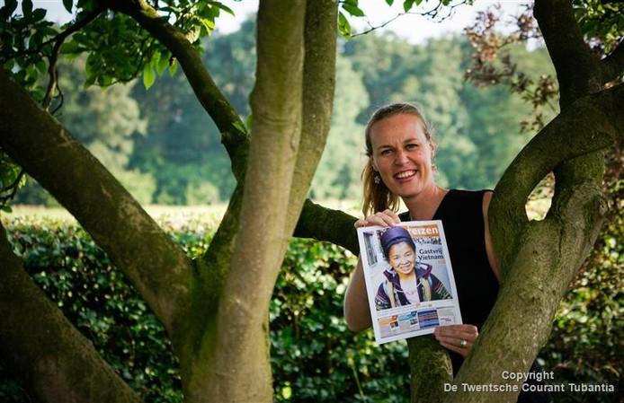 Clementine Reijrink met een kopie van de reispagina die aan de muur van een Vietnamees gasthuis hangt.