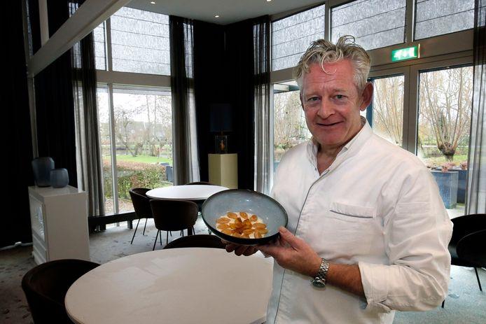 René Tichelaar, chefkok van restaurant De Gieser Wildeman in Noordeloos, zoekt mensen uit het dorp om zijn personeel aan te vullen.