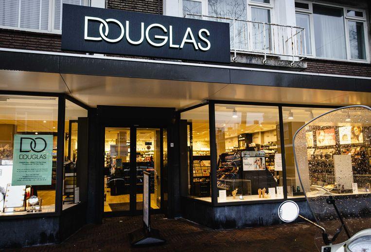 Afgelopen januari maakte de Duitse parfumerieketen Douglas bekend rond de 500 van zijn circa 2400 winkels in Europa te willen sluiten. Over de zogeheten 'min-uren' tijdens de lockdown laat Douglas nu weten zich aan de cao-afspraken te houden. Beeld ANP