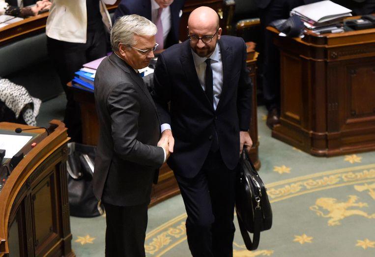 Reynders samen met premier Charles Michel. Zijn ontslag wordt door de koning in beraad gehouden. Beeld Photo News