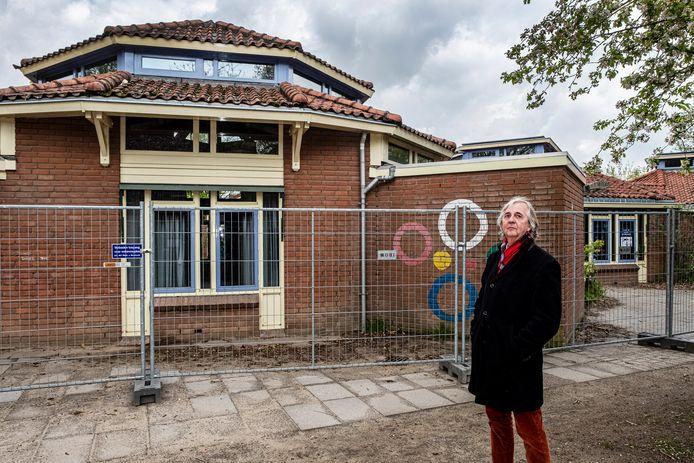 Peter van der Molen bij de voormalige basisschool in Malden.