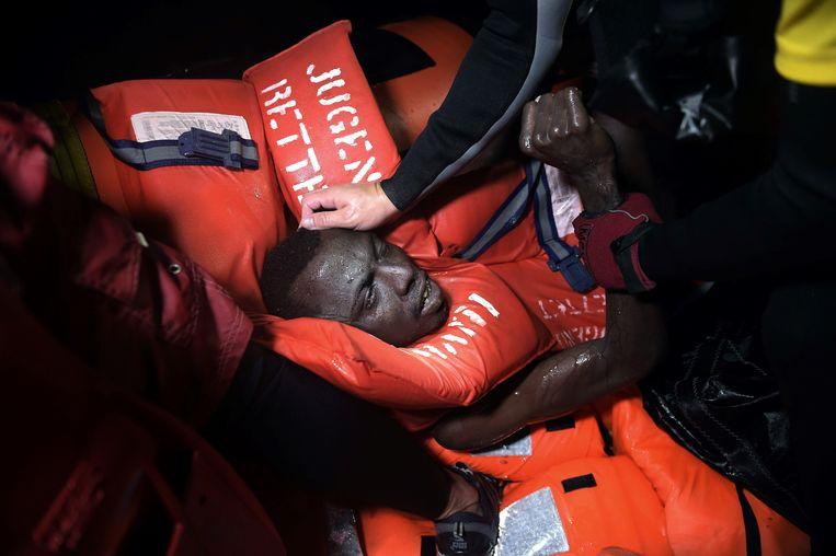 Net op tijd gered van een zinkende rubberboot, op zo'n acht mijl voor de Libische kust. Beeld AFP