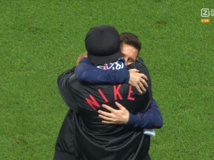Messi knuffelt voetbalvriend Ronaldinho in Parijs