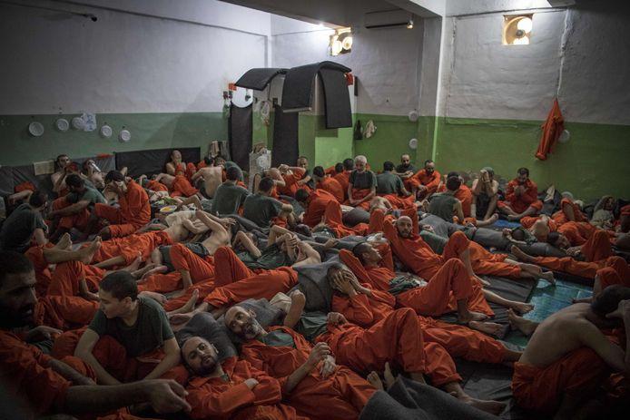 IS-gevangenen in een cel in Koerdisch gebied in Syrië.