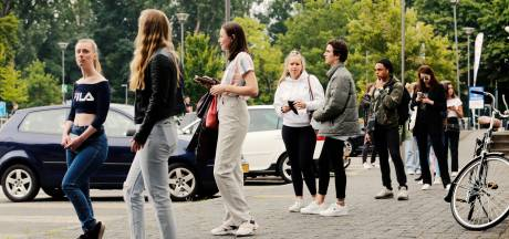Lange rijen voor teststraten door feestende jongeren en technische problemen