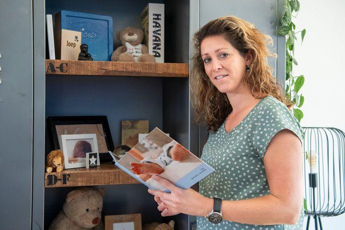 Rianne Leeuwis bij het gedenkplekje voor haar 'stil' geboren zoontje Joep.