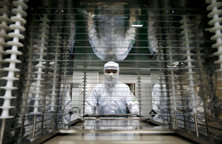Een Chinese arbeider in een elektronicafabriek in Huzhou. Beeld REUTERS