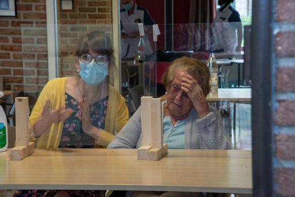 Yvonne (93) is emotioneel nadat ze dochter Helga voor het eerst in twee maanden terug ziet.