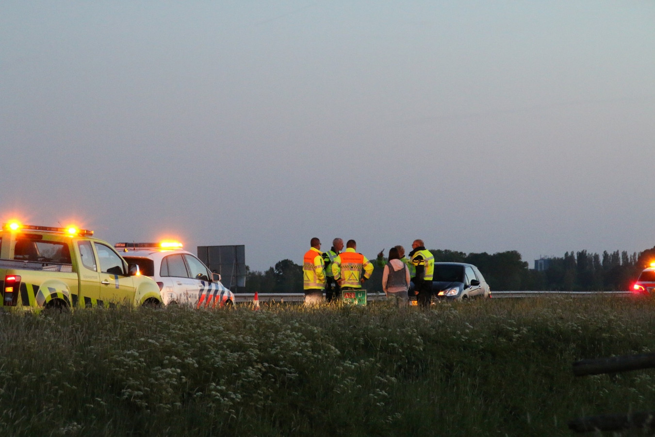 Politie en Rijkswaterstaat-medewerkers bij de spookrijdster op de A28