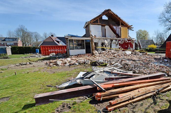 De afbraak van de vroegere hervormde pastorie lag door asbest ruim een dag stil.
