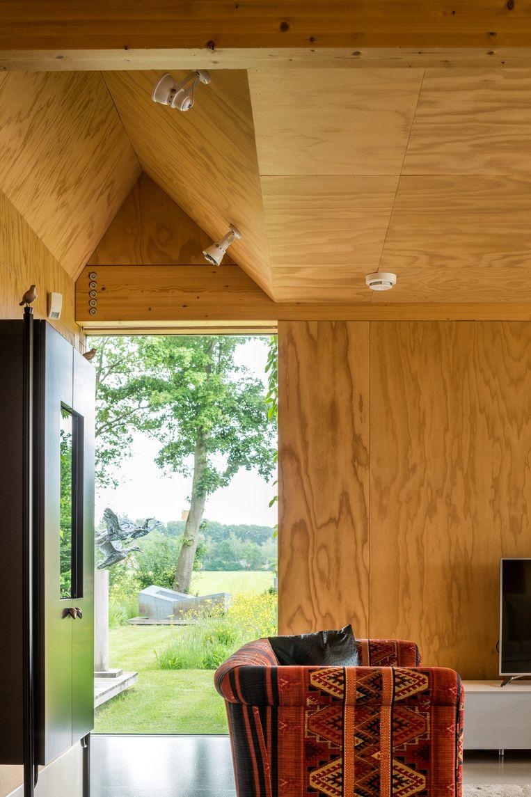In het huis zitten verschillende 'zichtassen' zodat je vanuit de hele woonst het landschap ziet.  Beeld Luc Roymans