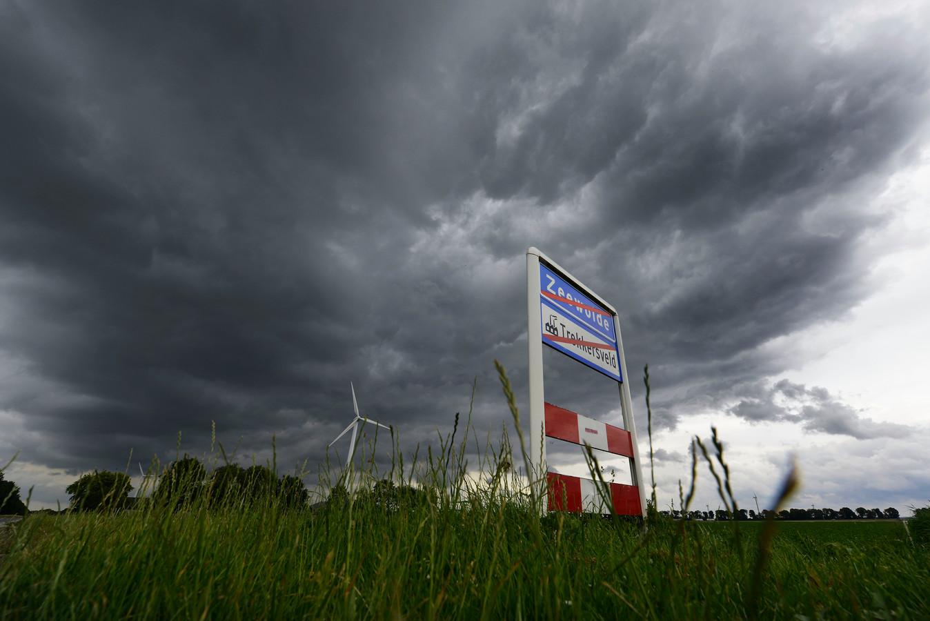 Donkere wolken pakken zich samen boven Zeewolde, vindt Stichting DataTruc Zeewolde, nu er sprake is van de bouw van een hyperscale datacentrum op bedrijventerrein Trekkersveld en mogelijk zelfs van een tweede datacentrum op grondgebied van Zeewolde bij de A27.