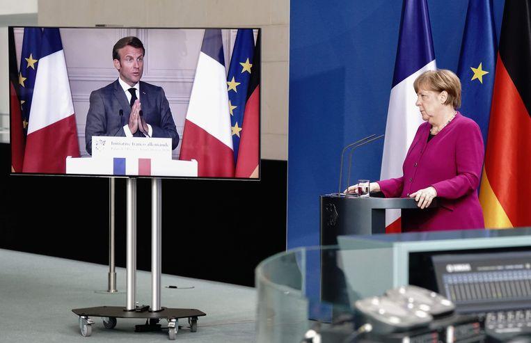 De Duitse bondskanselier Angela Merkel eerder deze maand bij een videopersconferentie met de Franse president Emmanuel Macron. Beeld AFP