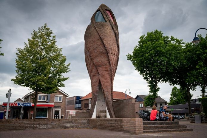 """Kunstwerk De Vlam op het Julianaplein in Gendt. ,, Als de zon op het hoogste punt staat, krijg je een mengvorm van kleuren."""""""