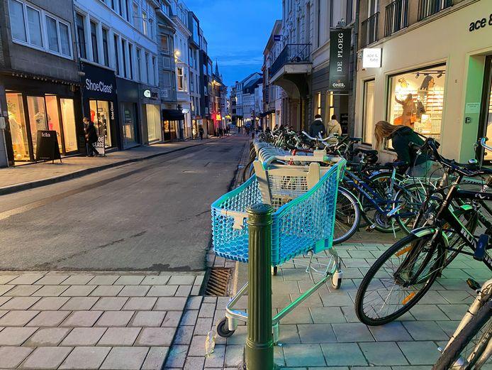 Verdwaalde winkelkar aan de kruising van de Sint-Pietersnieuwstraat en de Lammerstraat.