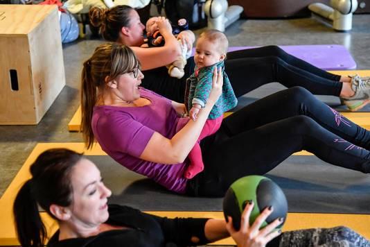 Bij buikspieroefeningen kan de baby dienst doen als gewicht.