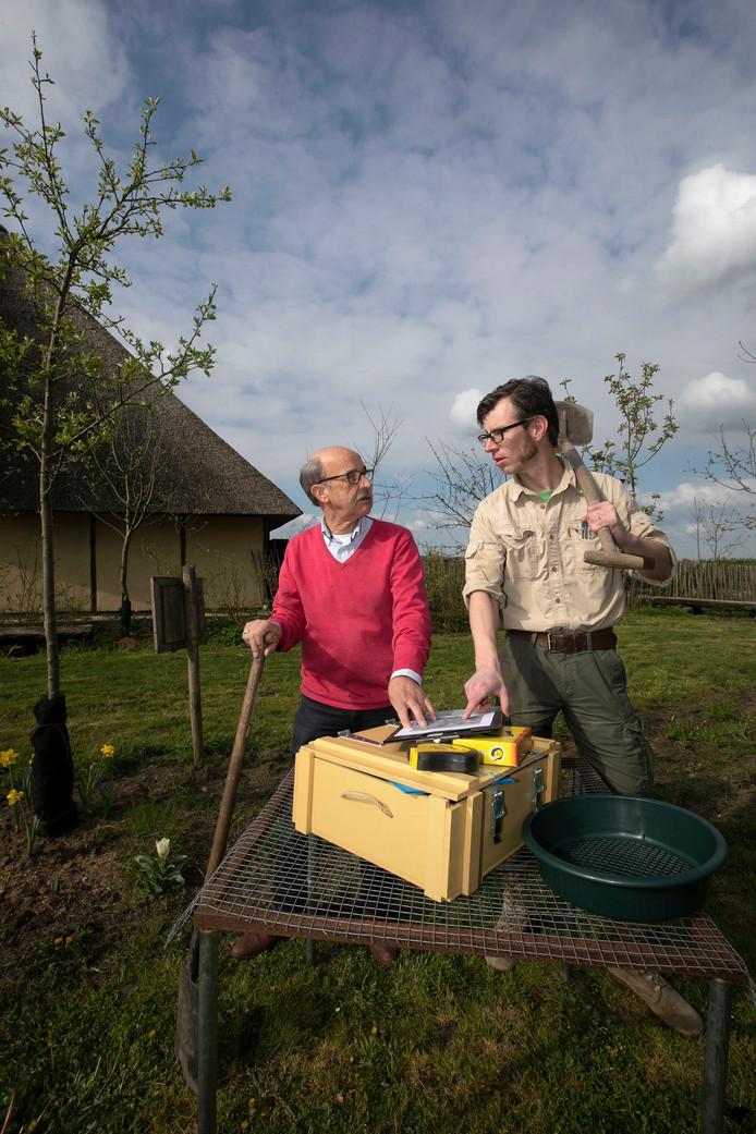 Bestenaar Harrie van Vroenhoven (l) samen met archeoloog Johan Verspay tijdens de pilot in buurtschap Aarle.