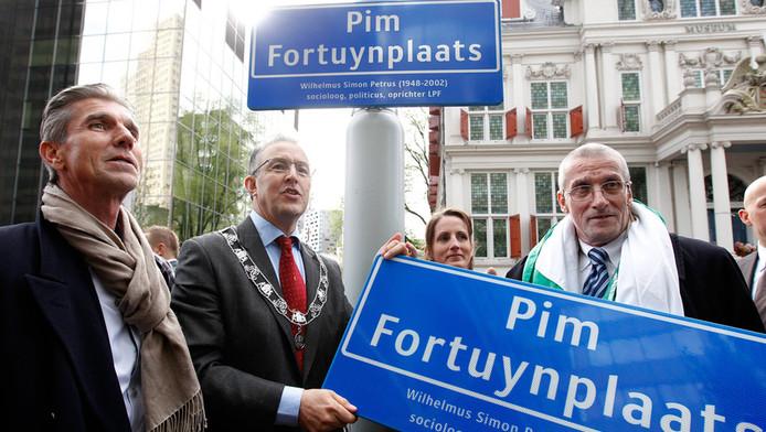 Burgemeester Ahmed Aboutaleb (M), Simon Fortuyn (L) en Marten Fortuyn (R) onthullen het naambord van de Pim Fortuynplaats.