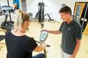 De Brabantse fysiotherapeut Mark van den Berg geeft hersteltherapie aan coronapatiënten.