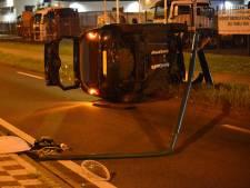Automobilist ramt lantaarnpaal en komt met auto op zijkant terecht in Breda