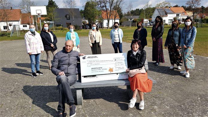 Luc Wouters en Christine Van Hove, met achter hen enkele leden van het actiecomité, mochten een cheque van 4.788 euro in ontvangst nemen.