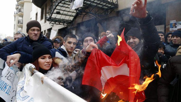 Russen verbranden een Turkse vlag tijdens een demonstratie. De spanningen tussen beide landen liepen deze week hoog op. Beeld epa