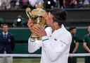 Novak Djokovic kust de Wimbledon-trofee na zijn zege op Matteo Berrettini.