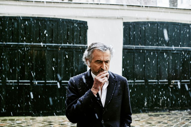 Bernard-Henri Lévy voor zijn huis in Parijs. De Franse filosoof voert al sinds november een Twitter-campagne tegen de gele hesjes. Hij vindt vrijwel al hun eisen gerechtvaardigd, maar hij heeft een probleem met de ideologie achter de beweging. Beeld Contour by Getty Images