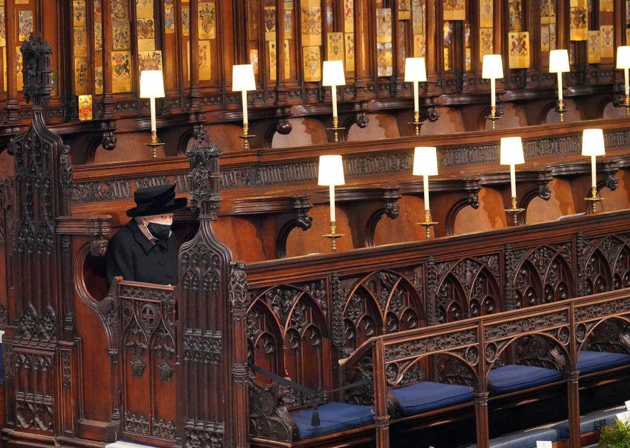 Elizabeth II a fait ses adieux au prince Philip samedi lors d'obsèques organisées en petit comité en raison de la pandémie de coronavirus. Image marquante de la cérémonie, la reine était assise seule sur un banc de la chapelle, le visage couvert d'un masque noir pour se protéger du virus.