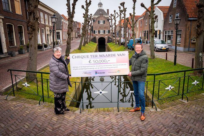Wethouder Arco Bikker overhandigt de cheque aan de voorzitter Adrie den Hartog van de Historische Kring Nieuwpoort.