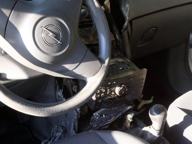 Auto van nietsvermoedende visser in Den Bosch in brand na kortsluiting in dashboard