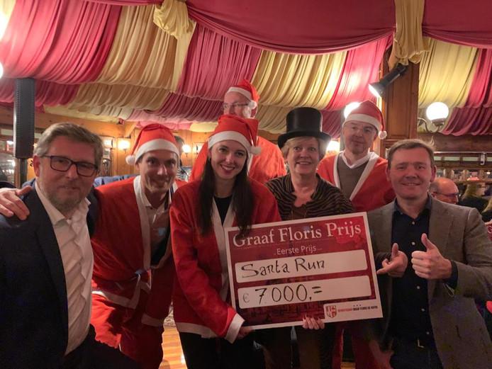 De winnaar van de eerste prijs van de Graaf Floris Prijs, Santa Run, met secretaris Jasper Kuin (rechts) en voorzitter Rob van Willigen (links).