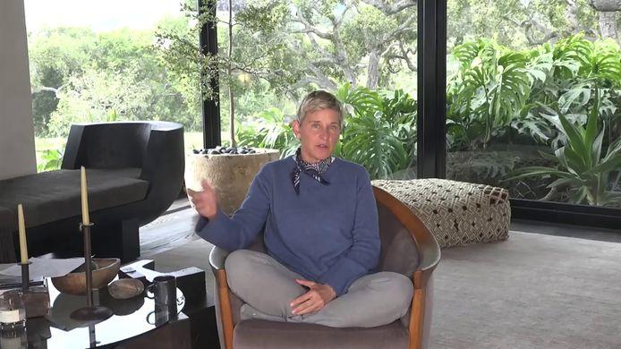 Ellen DeGeneres presenteert haar talkshow dezer dagen vanuit haar woonkamer.