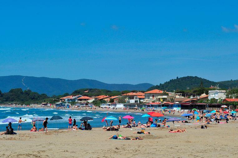 Mensen op het strand in Toscane afgelopen weekend. De deur voor buitenlandse reizen staat in verschillende Europese landen op een kier. Beeld AP