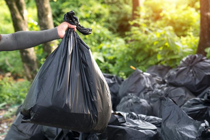 Samen met vuilnismannen zocht de tandarts zijn geld tussen zo'n 800 vuilniszakken.