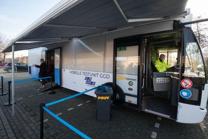 Inwoners van Urk kunnen zich sinds enkele weken in eigen dorp door personeel van de GGD Flevoland in een bus laten testen op het coronavirus.