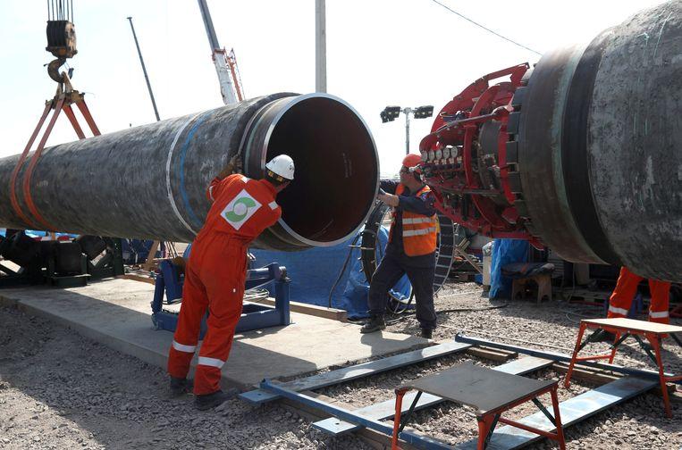 De bouw van de Nord Stream 2-pijpleiding van het Russische Gazprom. Mocht de Duitse rechter beslissen dat dit staatsbedrijf een te dominante marktpositie heeft, dan wordt aardgas nóg duurder. Beeld REUTERS