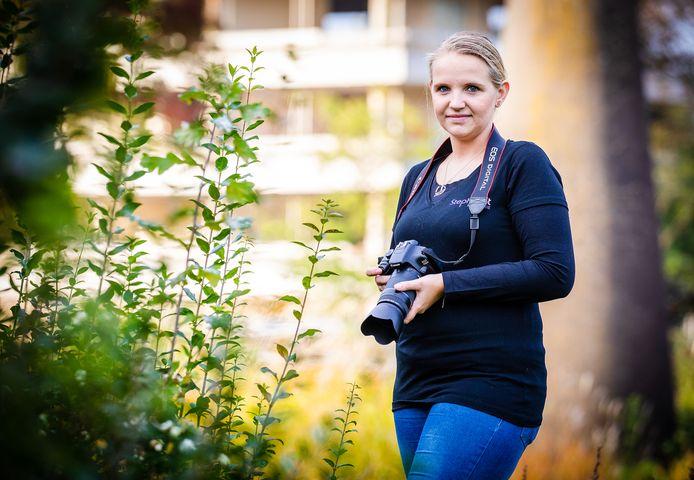 Stephanie van Sluijsdam met haar camera.
