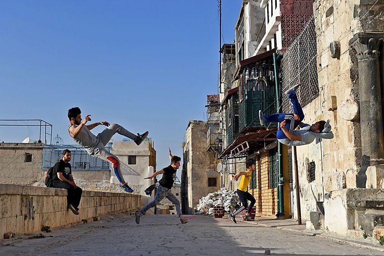 Zelfs een door oorlog compleet verwoeste stad biedt heel af en toe toch nog onverwachte voordelen. De resten van het kapotgebombardeerde Aleppo zijn voor enkele Syrische jongeren het gedroomde terrein om hun favoriete sport uit te oefenen: parkour, een discipline waarbij je zo vlot en vloeiend mogelijk over en langs obstakels gaat, meestal in een stad. De jongeren van het Foxes Team lopen, springen en buitelen zich zo een weg door Aleppo, zich ondertussen ook optrekkend aan de tralies die voor de vensters hangen. Het team ontstond in pre-oorlogstijden aan de universiteit, maar zelfs het bittere conflict hield hen niet tegen om te blijven oefenen.