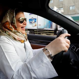 fotoreeks over Saudische vrouwen voor het eerst achter het stuur
