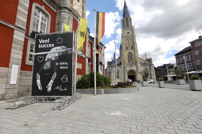 Sint-Truiden moedigt Nina Derwael tijdens de Olympische Spelen aan met een groot spandoek op de Grote Markt.