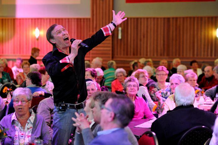 De Roosendaalse zanger Jan Koevoet vermaakt het publiek met enkele meezingers.