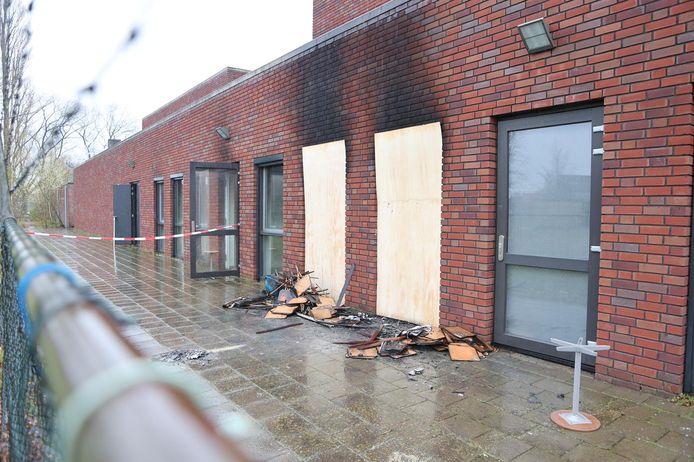 De plek waar in de nacht van vrijdag op zaterdag brand woedde. Binnen in het Maurick College in Vught wordt inmiddels schoongemaakt.